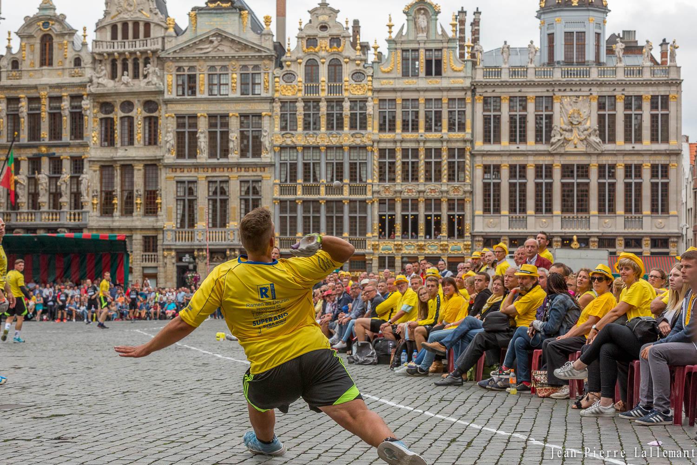 FJPWB - Balle pelote - Frappeur sur la Grand Place de Bruxelles